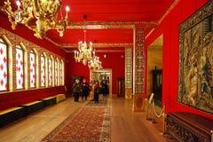 Turisti in grande palazzo di legno in Kolomenskye Fotografie Stock
