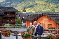 Turisti in Grimentz di estate Fotografie Stock Libere da Diritti