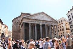 Turisti intorno al panteon fotografia stock