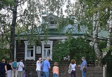 Turisti in Konstantinovo, la casa del poeta russo Sergei Esenin immagine stock
