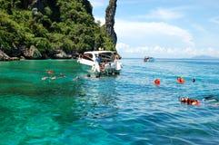 Turisti naviganti usando una presa d'aria sull'acqua del turchese Immagini Stock