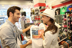 Turisti in negozio di regalo fotografia stock libera da diritti