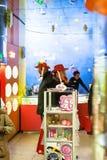 Turisti in negozio su natale giusto a Strasburgo Immagine Stock