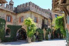 Turisti nel cortile del castello antico in Grazzano Visconti Immagini Stock