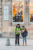 Turisti nel miglio reale, Edimburgo immagini stock libere da diritti