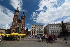 Turisti nel quadrato del mercato cracovia poland Immagine Stock