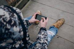Turisti nel telefono delle montagne s fotografia stock