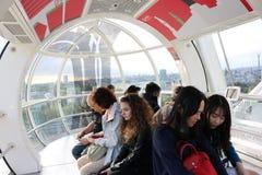Turisti nell'occhio di Londra Immagini Stock