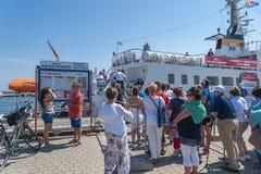 Turisti nella fase di atterraggio di una barca di escursione in Sassnitz immagine stock libera da diritti