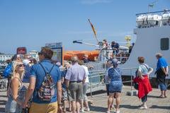Turisti nella fase di atterraggio di una barca di escursione in Sassnitz fotografie stock libere da diritti