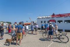 Turisti nella fase di atterraggio di una barca di escursione in Sassnitz immagini stock