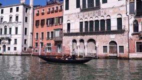 Turisti nella gondola che galleggia sul canal grande a Venezia archivi video