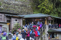 Turisti nella linea a Machu Picchu Immagine Stock Libera da Diritti