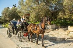 Turisti nella vecchia acropoli famosa della città Immagine Stock Libera da Diritti