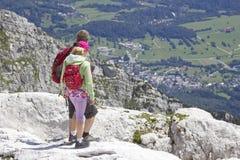 Turisti nelle alpi di Julian Fotografie Stock Libere da Diritti