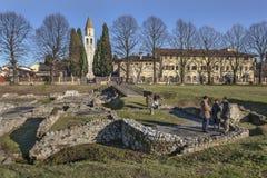 Turisti nelle rovine della città romana Aquileia Immagine Stock