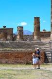 Turisti nelle rovine a Pompei dopo essere stato sepolto dal vulcano in 79AD in Italia, Europa immagine stock