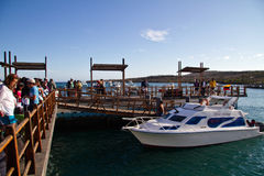 Turisti non identificati nel porto di San Cristobal Immagini Stock