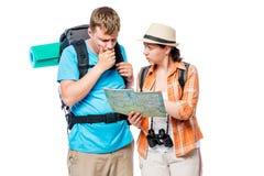 Turisti persi premurosi che esaminano una mappa su un bianco Fotografia Stock Libera da Diritti