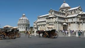 Turisti a Pisa, Italia con i carrelli trainati da cavalli immagini stock libere da diritti