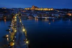 Turisti a Praga Charles Bridge alla notte Paesaggio urbano di Praga del centro storico fotografie stock