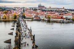 Turisti a Praga Charles Bridge Praga con il fiume di Vltava Paesaggio urbano con turismo di massa fotografia stock