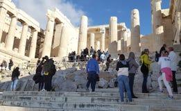 Turisti a Propylaea, l'ingresso monumentale all'acropoli immagini stock