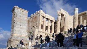 Turisti a Propylaea, l'ingresso monumentale all'acropoli fotografia stock libera da diritti