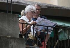 Turisti senior che esaminano mappa in vie di Mallorca immagini stock libere da diritti