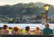 Turisti senior in Italia che aspetta il traghetto al lago Orta dell'isola di San Giulio Immagine Stock Libera da Diritti