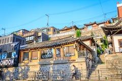 Turisti senza titolo e molti depositi alla via di Samcheong Dong su Ju Immagine Stock