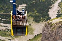 Turisti sopra la gondola nella stazione superiore della cabina di funivia di Dachstein il 17 agosto 2017 a Ramsau Dachstein, Aust Immagine Stock