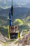 Turisti sopra la gondola nella stazione superiore della cabina di funivia di Dachstein il 17 agosto 2017 a Ramsau Dachstein, Aust Fotografia Stock