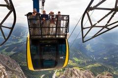 Turisti sopra la gondola nella stazione superiore della cabina di funivia di Dachstein il 17 agosto 2017 a Ramsau Dachstein, Aust Fotografie Stock Libere da Diritti