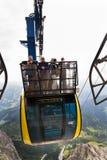 Turisti sopra la gondola nella stazione superiore della cabina di funivia di Dachstein il 17 agosto 2017 a Ramsau Dachstein, Aust Immagini Stock Libere da Diritti
