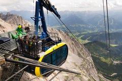Turisti sopra la gondola nella stazione superiore della cabina di funivia di Dachstein il 17 agosto 2017 a Ramsau Dachstein, Aust Immagini Stock