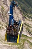 Turisti sopra la gondola nella stazione superiore della cabina di funivia di Dachstein il 17 agosto 2017 a Ramsau Dachstein, Aust Fotografia Stock Libera da Diritti