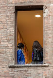 Turisti sotto il balcone nella Camera del ` s di Giulietta Juliet dei Di della casa, via Cappello, Verona Immagine Stock