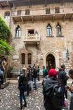 Turisti sotto il balcone nella Camera del ` s di Giulietta Juliet dei Di della casa, via Cappello, Verona, Immagini Stock Libere da Diritti