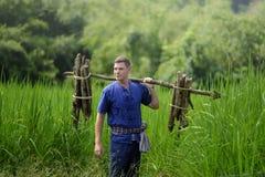 Turisti stranieri in Tailandia, parte posteriore tailandese tradizionale dell'agricoltore del vestito Immagine Stock Libera da Diritti