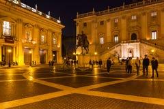 Turisti su Piazza del Campidoglio nella notte Immagini Stock Libere da Diritti