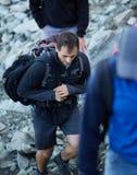 Turisti su una traccia di montagna Fotografia Stock Libera da Diritti
