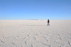 Turisti sugli appartamenti del sale di Uyuni, lago di sale inaridito in Altiplano Fotografia Stock Libera da Diritti