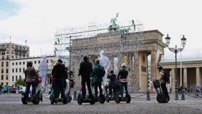 Turisti sui trasportatori di Segway a Brandenburger Tor In Berlin, Germania archivi video