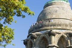 Turisti sul Hermannsdenkmal in Detmold, Germania, editoriale fotografia stock libera da diritti
