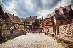 Turisti sul ponte, villaggio Kaysersberg dell'Alsazia nel registro di Strasburgo Fotografia Stock