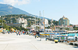 Turisti sull'argine di Lenin in Jalta a settembre Fotografie Stock Libere da Diritti