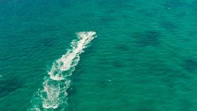 Turisti sull'jet ski su una località di soggiorno tropicale Boracay, Filippine stock footage