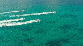 Turisti sull'jet ski su una località di soggiorno tropicale Boracay, Filippine archivi video