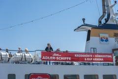 Turisti sulla piattaforma di una barca di escursione in Sassnitz fotografia stock